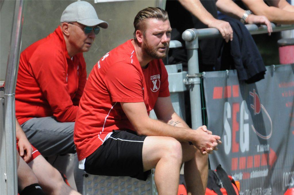 Tino Westphal (vorn), Trainer der SG Castrop, musste in Herne-Horsthausen sieben Gegentreffer mitansehen.