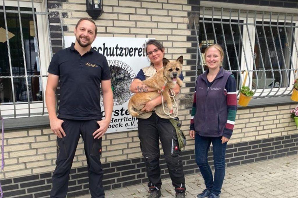 Hans Schuster (Agentur Nightaffairs), Tierheim-Leiterin Annika Niemann und Marina Hinz (Vorstandsteam des Tierschutzvereins) bei der Übergaben der Spende von Torsten Sträter, die den OP-Kosten von Hund Lilly zugute kommt.