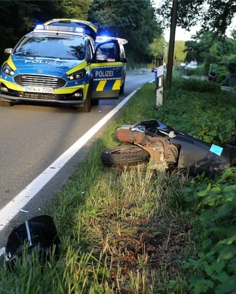 Der Rollerfahrer stürzte nach dem Zusammenstoß mit einem Pkw.