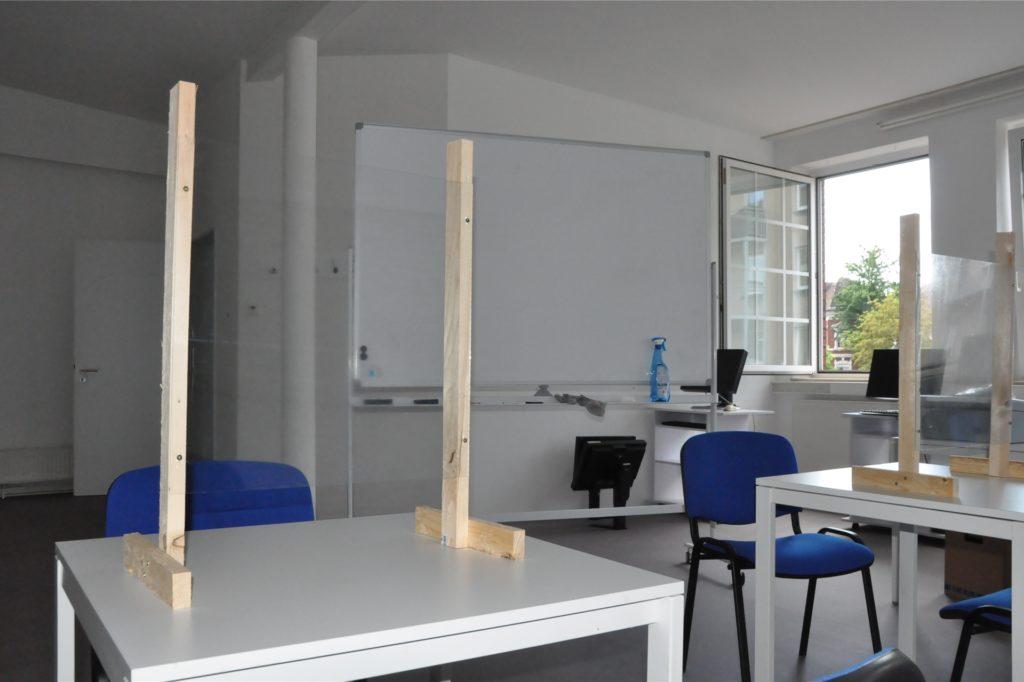 Die ehemaligen Räumlichkeiten des Fotostudios Rausch sind jetzt die neue Bleibe für den Treffpunkt Neuland. Im Obergeschoss ist eine Art Seminarraum eingerichtet - natürlich mit Spuckschutz.
