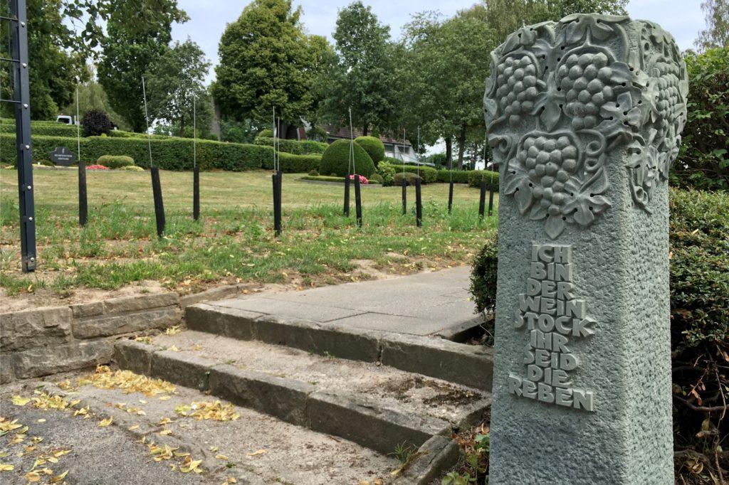 Dieser ausgemusterte Grabstein passt nun bestens in den Eingangsbereich am Weinberg-Friedhof.