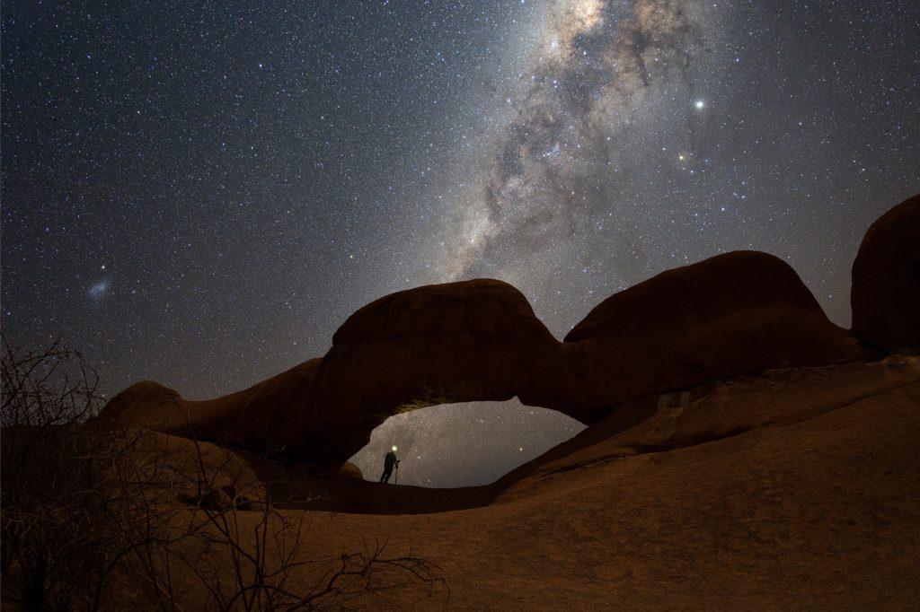 Spitzkoppen Arche: Ein Felsenbogen in Namibia mit Milchstraße.