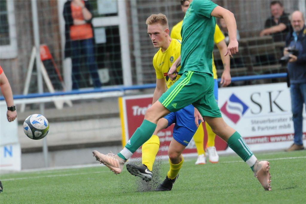 Lukas Muth (gelbes Hemd) verletzte sich gegen den VfB Habinghorst schwer.