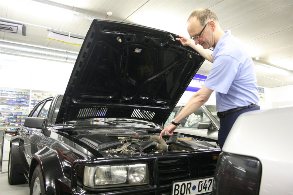 Begeistert präsentiert Thomas Höing den 250PS-Motor seines Treser Audi Hunter Typ 85.