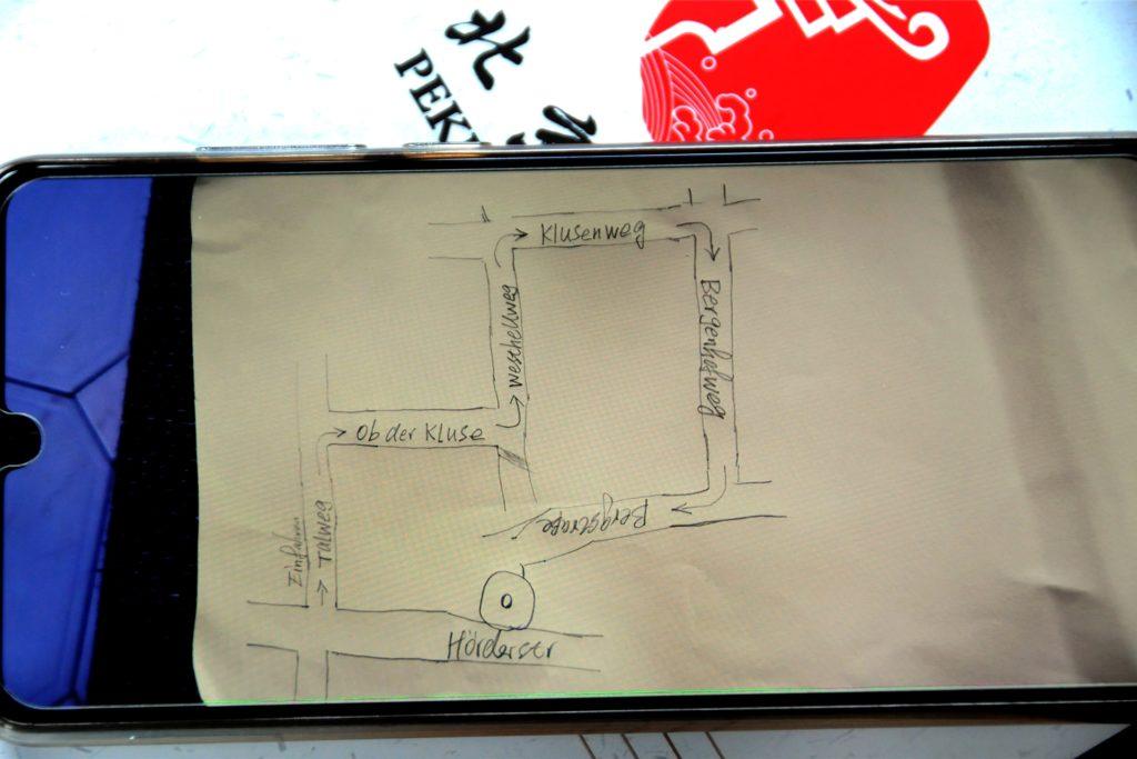 Um den Kunden die Anfahrt zum Peking Garten zu erleichtern, verschickt Mitarbeiter Ge Hong per Handy eine handgezeichnete Skizze der Umleitung.