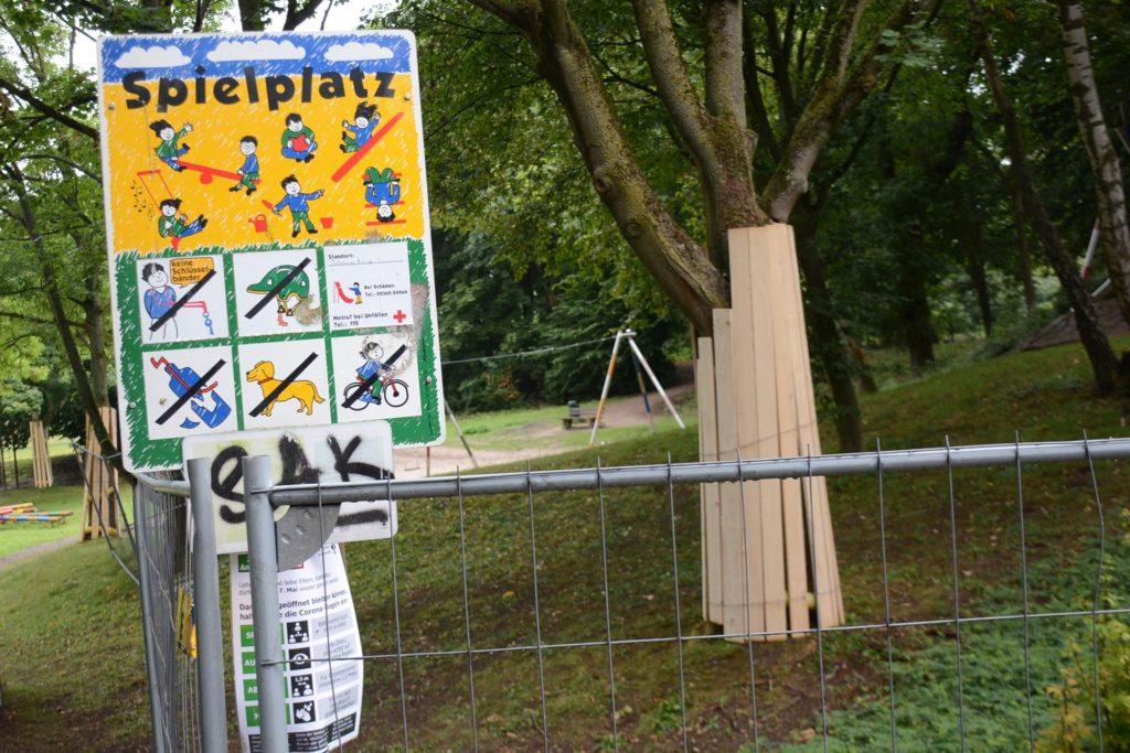 Der Spielplatz ist zum Ferdinand-Freiherr-von-Raesfeld-Weg hin abgezäunt.