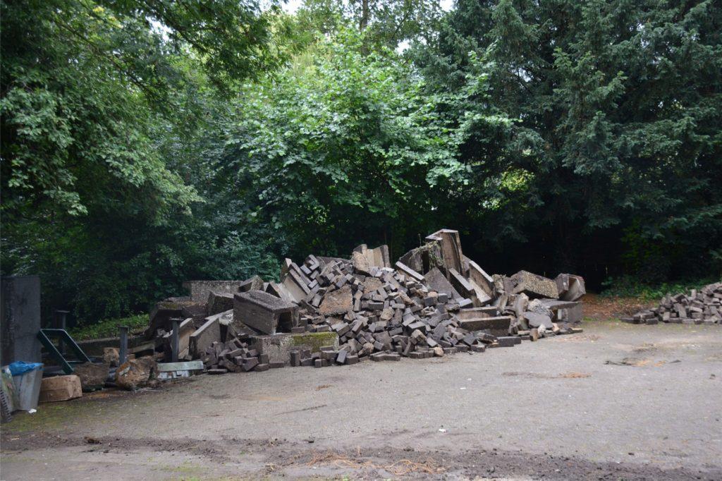 Die alten Betonteile des Gehwegs sind auf einer Seitenfläche gelagert.