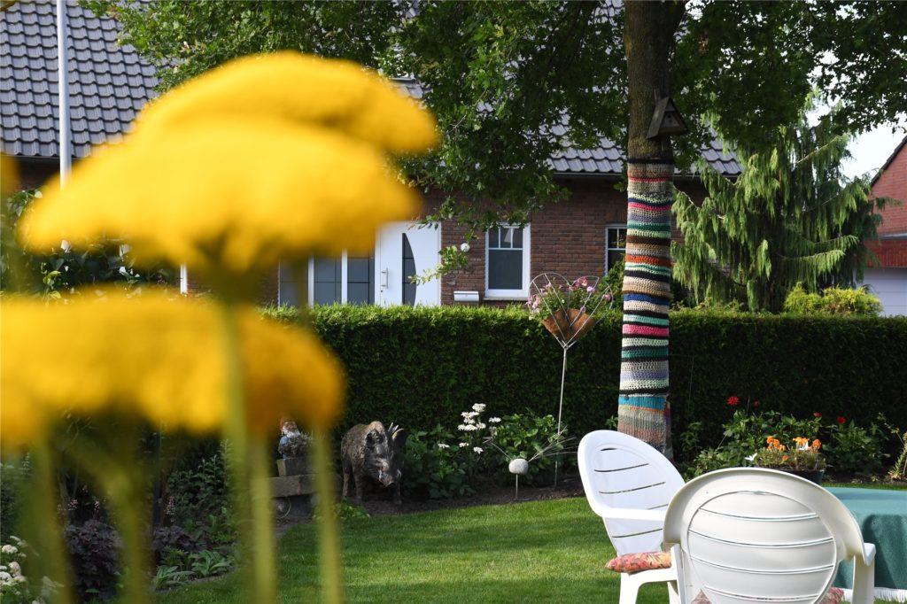 Nicht nur die Blumen sind schön bunt im Garten von Josefa Lobeck.