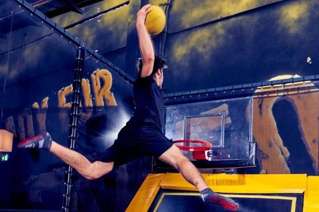 Im Superfly geht es per Trampolin hoch hinaus - beispielsweise um einen Basketball zu dunken.