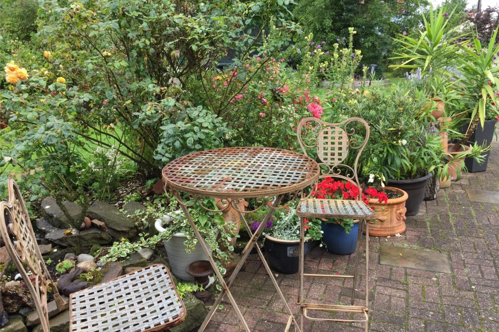 Eine der vielen Sitzgelegenheit in dem großen Garten - ein idyllisches Plätzchen