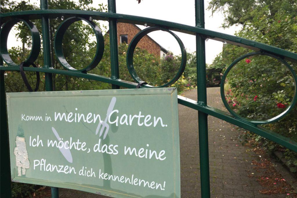 Diese Einladung findet man am Gartentor zum Roten Weg.