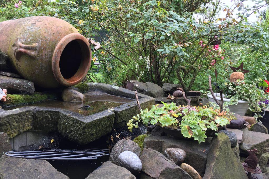 Auch einen kleinen Wasserlauf hat das Ehepaar angelegt