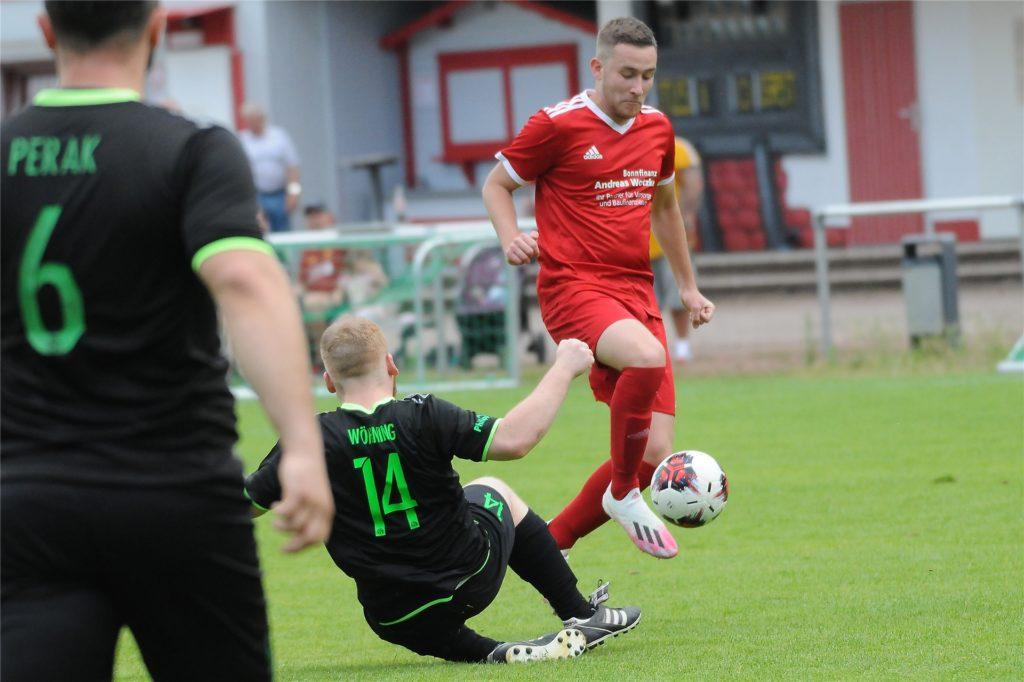 Darwin Könnecke (r) spielte gegen den SV Sodingen II über die vollen 90 Minuten.