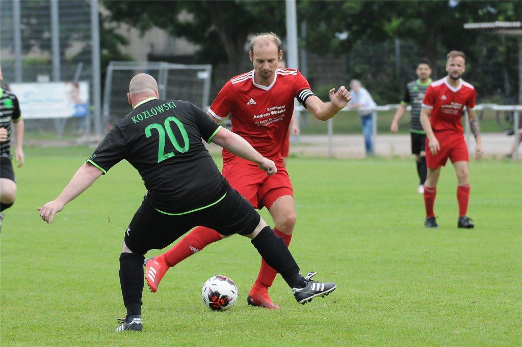 Kapitän Andreas Grum (am Ball) führte den TuS Henrichenburg zum 3:1-Sieg gegen den SV Sodingen II.