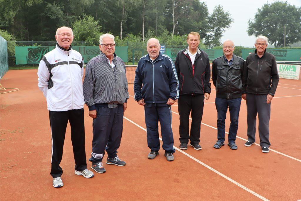 Ihr zweites Zuhause ist der Tennisplatz: Wilhelm Evers, Berthold Janowitz, Jaap Oudshoorn, Josef Krampe, Werner Ogrzewalla und Werner Oberhein (v.l.) freuen sich, wie sich ihr Verein entwickelt hat.