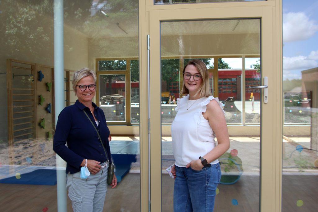 Gisela Kühlkamp (l.), DRK-Verbundleiterin, und Angelina Lis freuen sich über den Umzug in die neue Kita in der Stroot. Noch sind Plätze für einige Kinder frei.