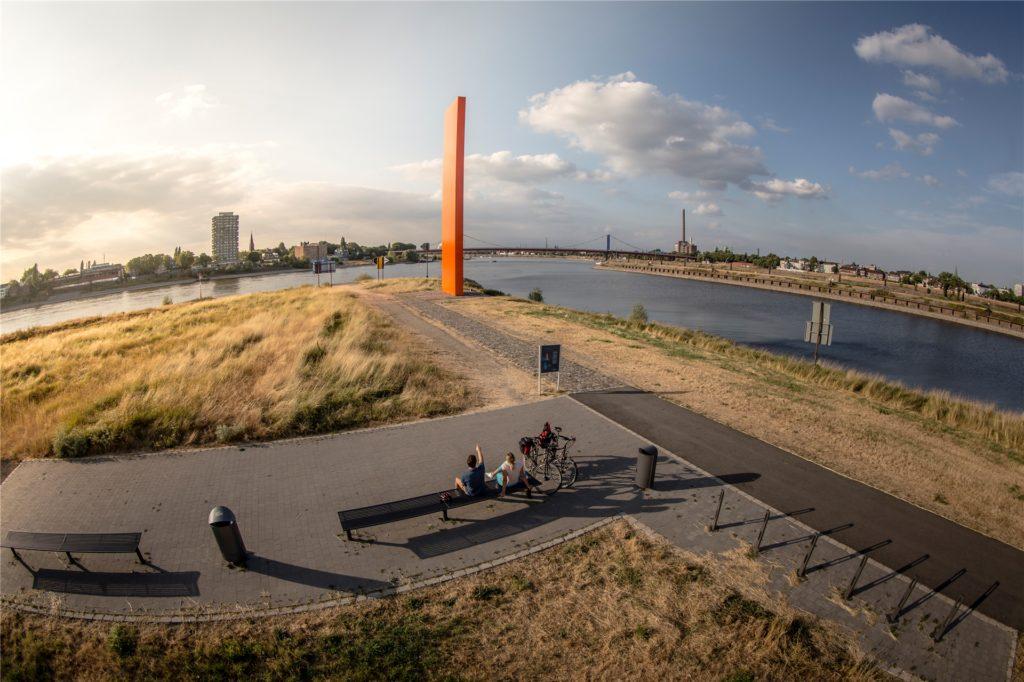 An der Rheinorange endet nach 240 Kilometern der Ruhrtalradweg am Zusammenfluss von Ruhr und Rhein in Duisburg.