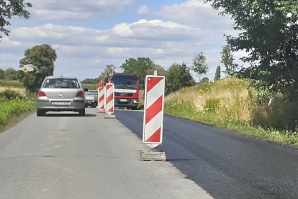 Per Baustellenampeln können die Fahrzeuge die beiden Baustellen passieren.