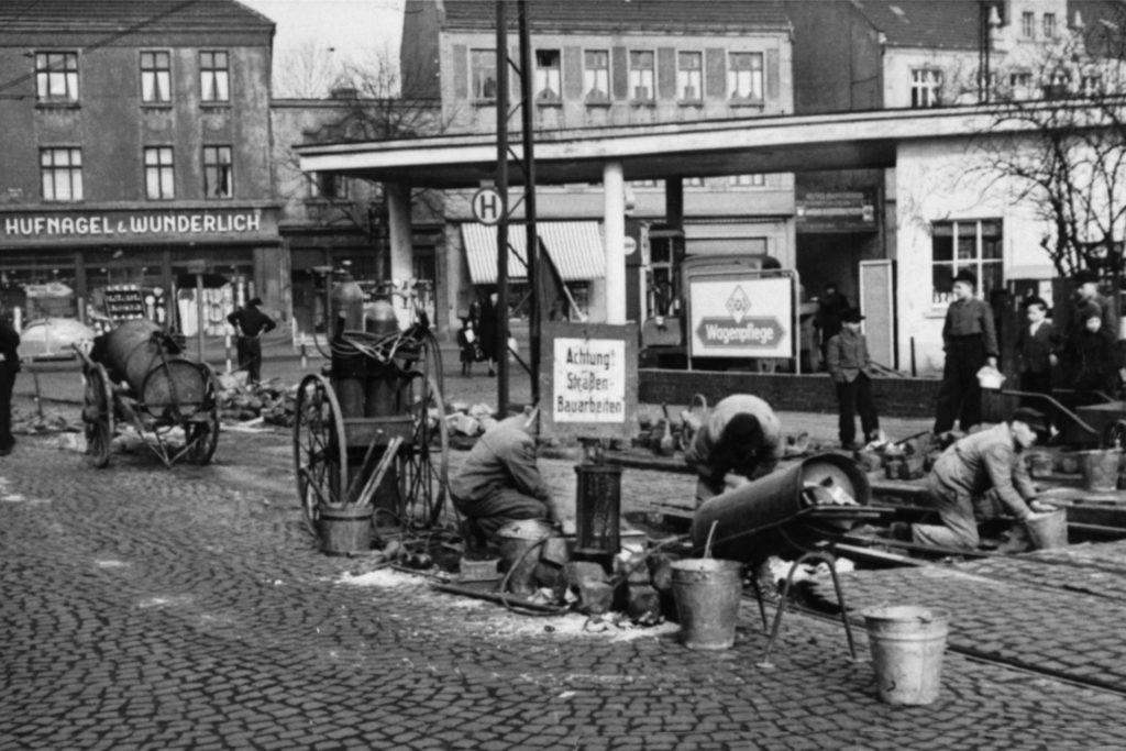 Ob wieder neue Gleise verlegt werden zwischen Brambauer und Waltrop - das Foto ist undatiert, die Straßenbahn-Linie wurde aber 1904 eröffnet ? Der Vertreter von
