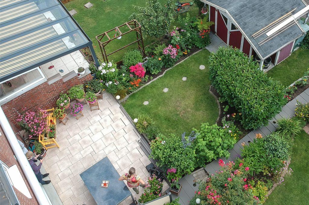 Von oben kann man gut sehen, wie geschickt Sabine Wessollek (unten) den Platz in ihrem Reihenhaus-Garten nutzt.