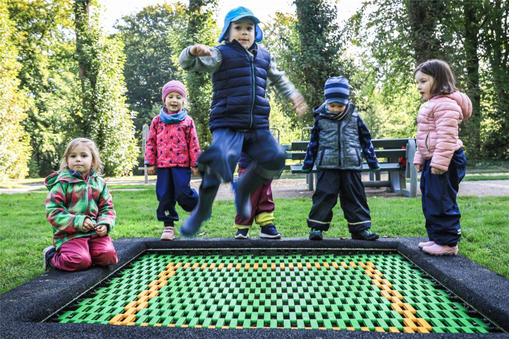 Auf dem Hauptfriedhof gibt es einen Spielplatz, über den sich die Kinder sichtlich freuen.