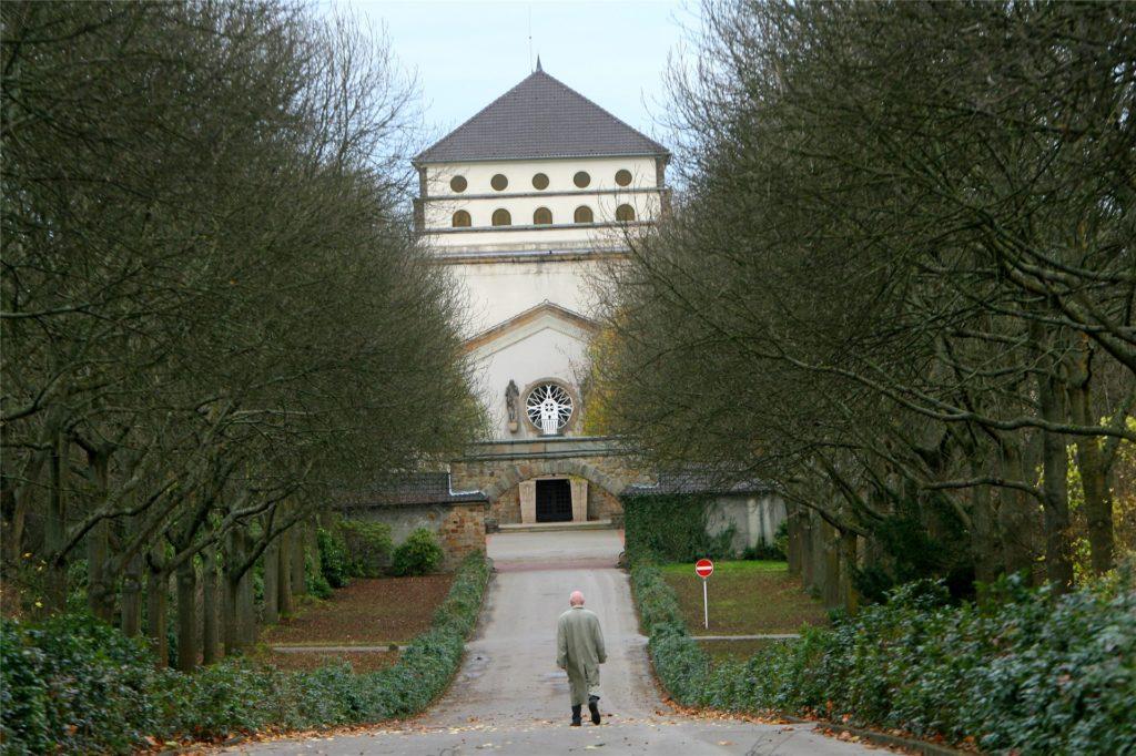 Fußgänger sollen durch den geplanten Radweg auf dem Hauptfriedhof nicht behindert werden.