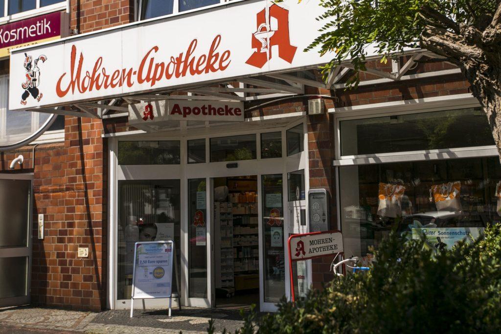 """Name und Logo der """"Mohren-Apotheke"""" sorgen für Diskussionen. In Berlin erreichten Aktivisten unlängst die Umbenennung der ÖPNV-Haltestelle """"Mohrenstraße""""."""