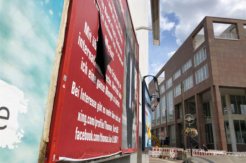 Das Plakat von Thomas Kurth am Stadtgarten hängt auch im Juli (aufgenommen am 22.7.) noch, obwohl die Fläche nur bis zum 27. April angemietet war. Mittlerweile ist es etwas in Mitleidenschaft gezogen worden.