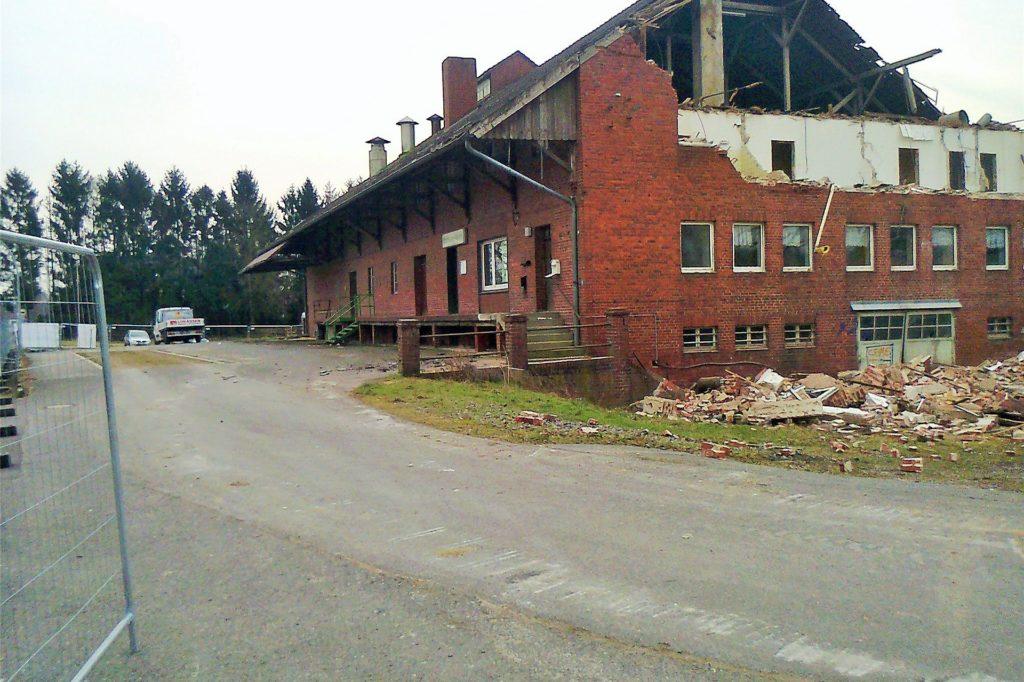 1942 wurde das Kornhaus gebaut. Das Foto entstand zu Beginn der Abbrucharbeiten im Jahr 2016.