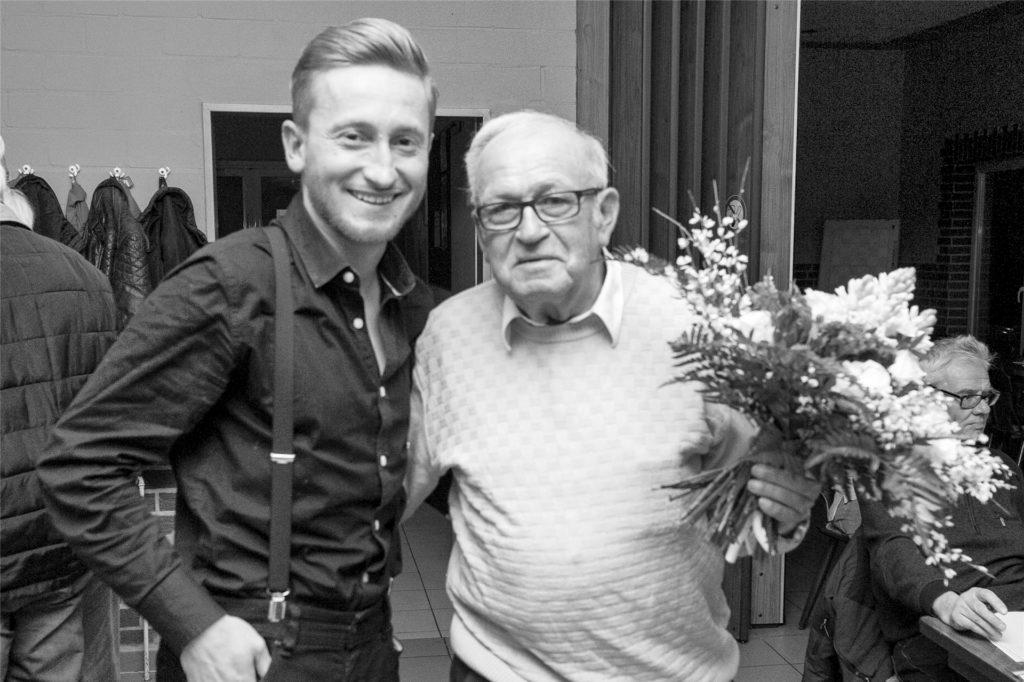Der Wacker-Vorsitzende Martin Janicki (l.) ist traurig, dass der kürzlich verstorbener langjährige Geschäftsführer Theo Schürhoff die Westfalenliga-Ära des Vereins nicht mehr erleben konnte.