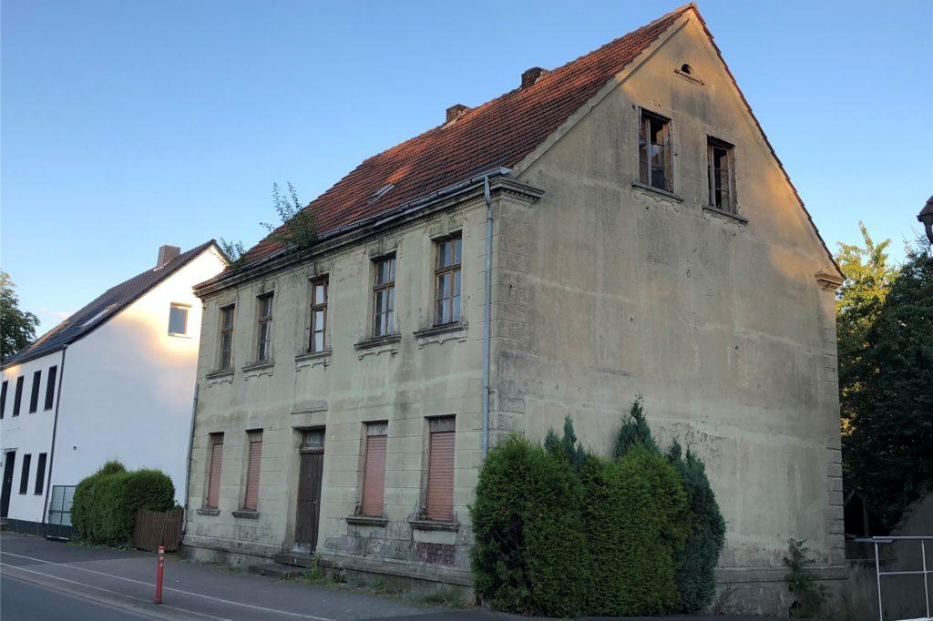 Eines der beiden Gammelhäuser, die Willi Müller an der Gerther Straße fotografiert hat. Im Dach wachsen auch hier schon Zweige heraus.