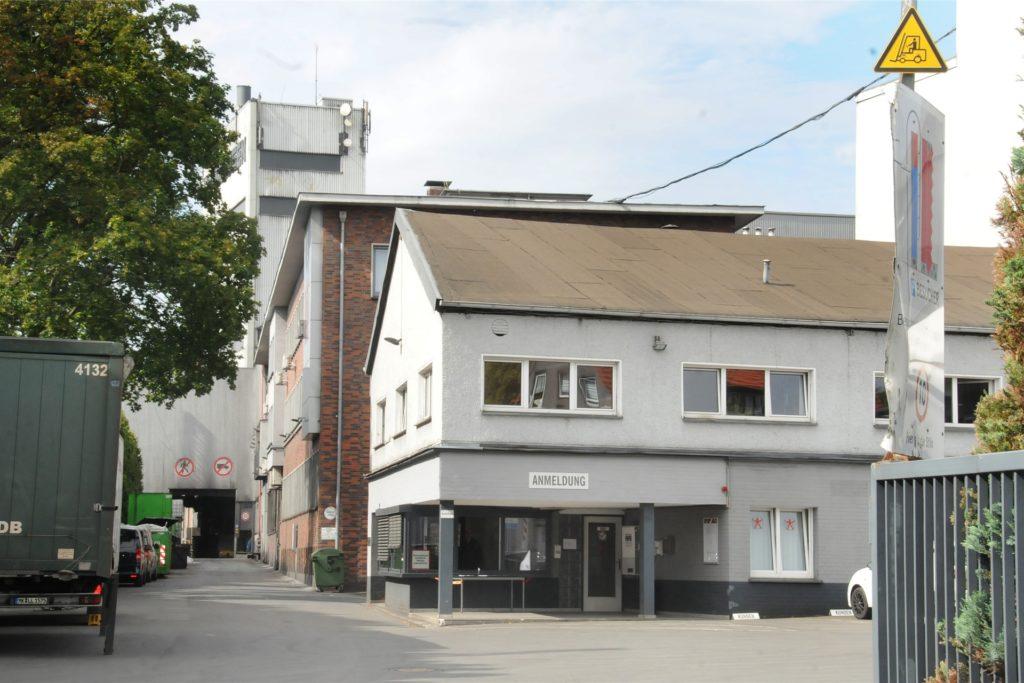 Die Hundhausen-Belegschaft muss kräftig schrumpfen: 105 der 484 Mitarbeiter sollen in eine Transfergesellschaft wechseln. Künftig soll nur noch zweischichtig gearbeitet werden.