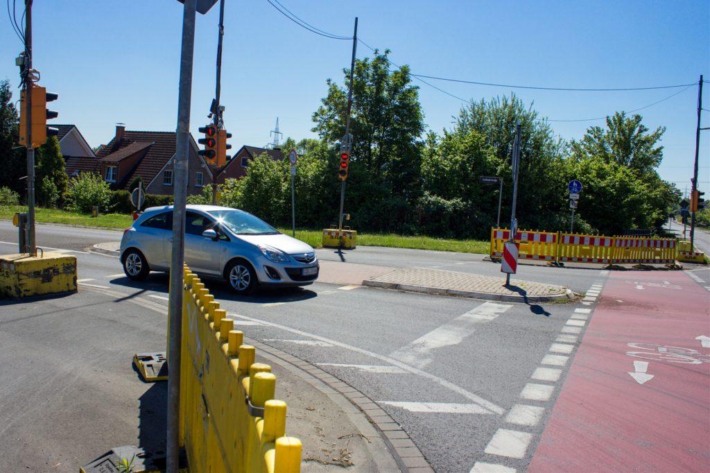 Absperrbaken sorgen dafür, dass Radfahrer nicht ungebremst über den Fahrradweg preschen, sondern an der Fußgängerampel halten müssen. Zudem sollen die Baken Radfahrer und Fußgänger schützen, die hier dem fließenden Verkehr recht nahe kommen.