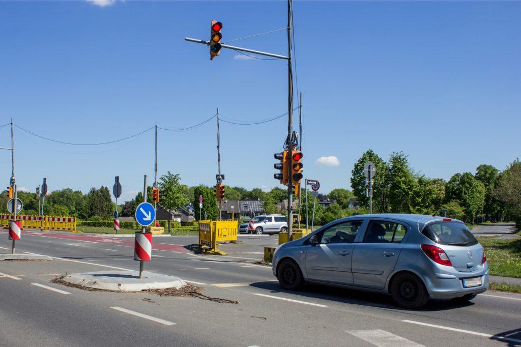 Ein Kreisverkehr wird das Provisorium nicht ablösen. Dafür fällt die Wartburgstraße in Richtung Südern als auch die Freiheitstraße zu steil ab. Beladene LKW könnten beim Durchfahren eines Kreisverkehrs an dieser Stelle umkippen. So soll eine Ampel mit intelligenter Schaltung dort in Zukunft ihren Dienst verrichten.