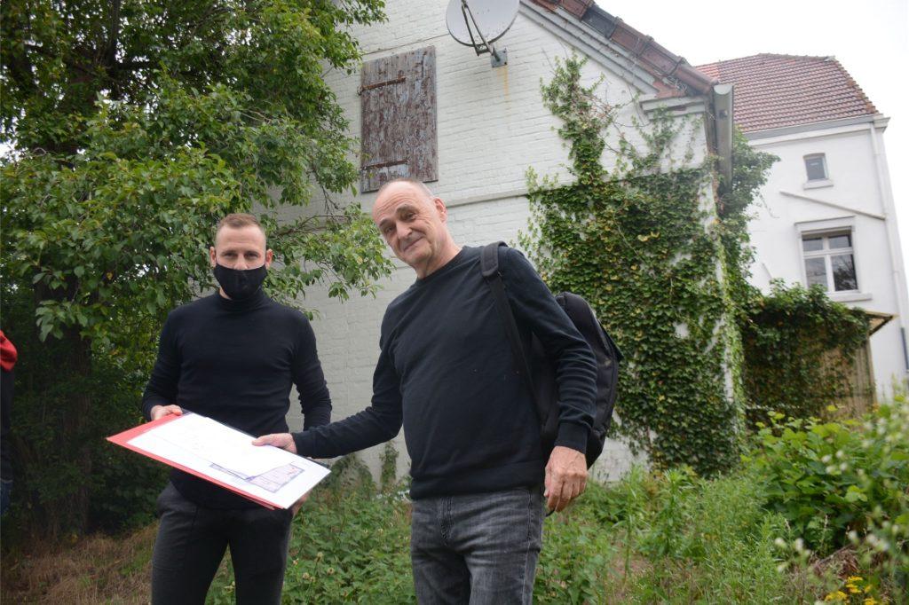 Marvin Bakalorz und Architekt Eberhard Berg vor dem 60 Quadratmeter großen hinteren Anbau, der zur großen Wohnküche mit Panorama-Blick auf den Garten umgestaltet werden soll.