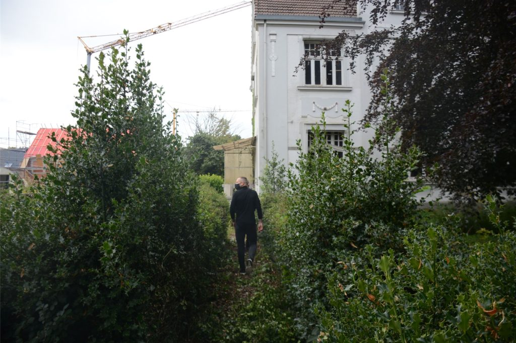 Für den Besuchstermin ließ Familie Bakalorz eigens den Weg durch das wild wuchernde Gestrüpp des Vorgartens frei schneiden.
