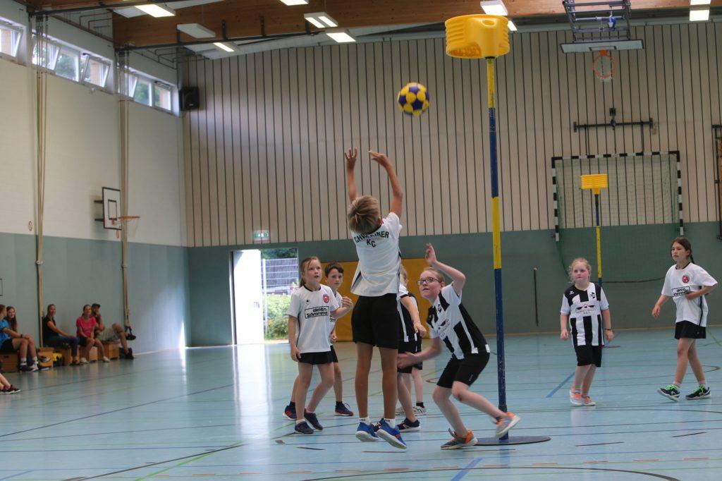 Die E-Jugend des Turniergastgebers an der Kleinen Lönsstraße, der Dattelner KC (gestreifte Hemden), spielte zum Auftakt des Tages gegen den Schweriner KC.