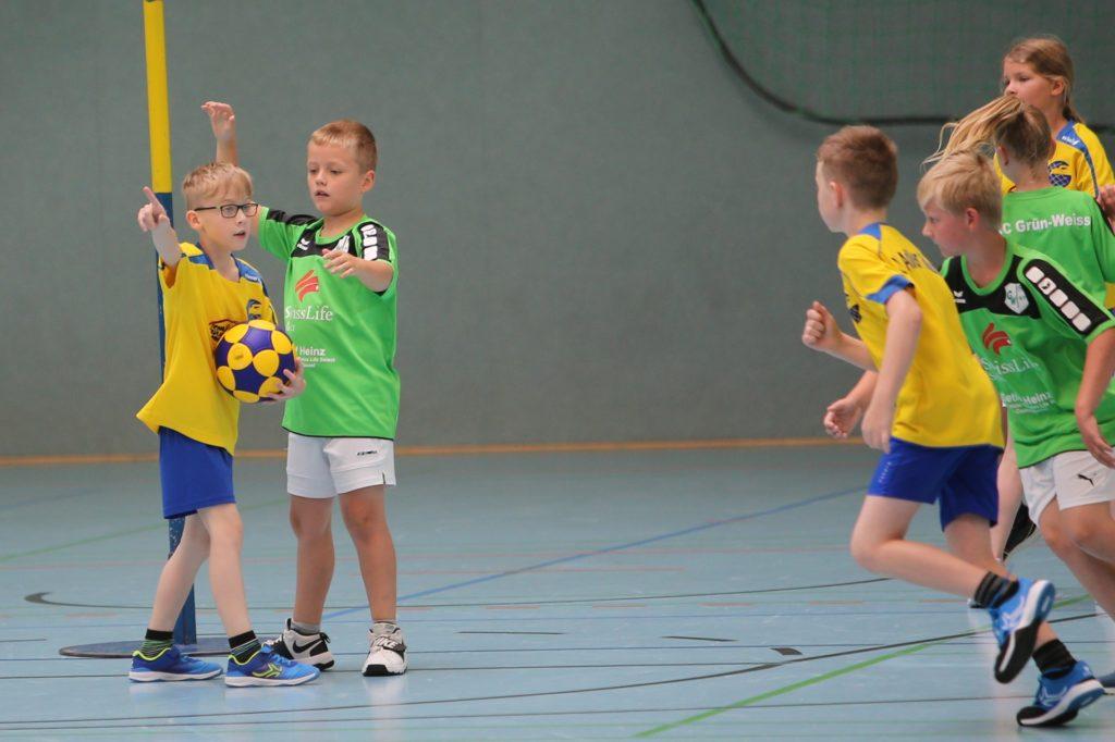 Auch Adler Rauxel (am Ball) und der KC Grüün-Weiß spielten beim Mini-Turnier des Dattelner KC in Castrop-Rauxel mit.
