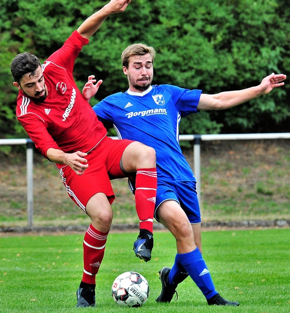 Nicolas Grewe (r.) schließt sich dem SV Lippramsdorf an.