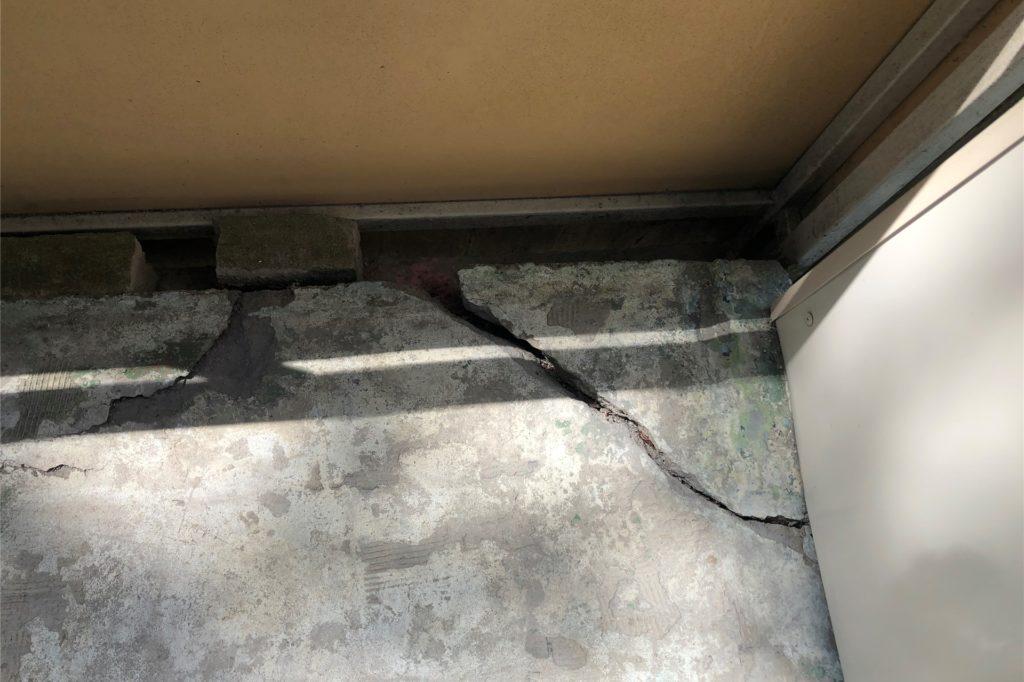 Mit den Schäden an ihrem Balkon lebt Familie Lammersmann seit 2 Jahren. Die LEG habe die Schäden als unbedeutend klassifiziert.