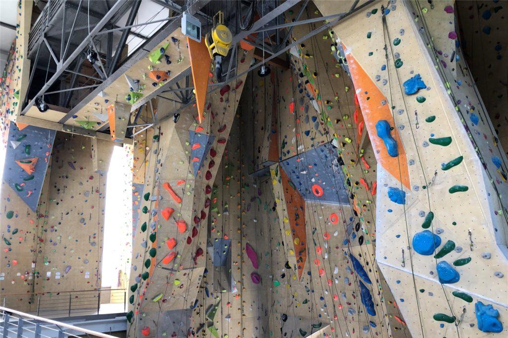 Die Kletterhalle erstreckt sich in eine Höhe bis zu 23 Metern. Wer hier Klettern will muss eine Schnupperstunde nehmen oder einen Sicherungsschein haben.