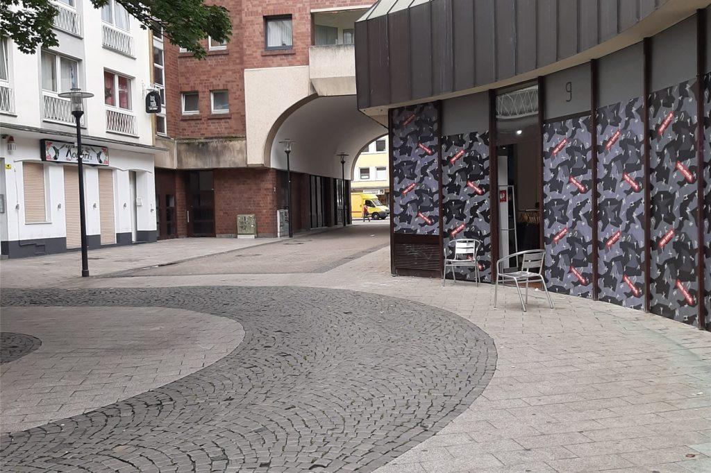 Die Schaufenster des neuen Thor-Steinar-Geschäfts waren am Eröffnungstag beklebt.