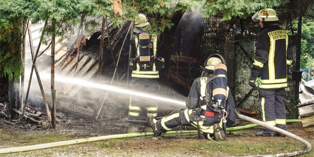 Die Gartenlaube an der Machariusstraße in Kirchlinde brannte komplett nieder. Zwei weitere Lauben hatten am Vortag gebrannt, ebenfalls in Kirchlinde.