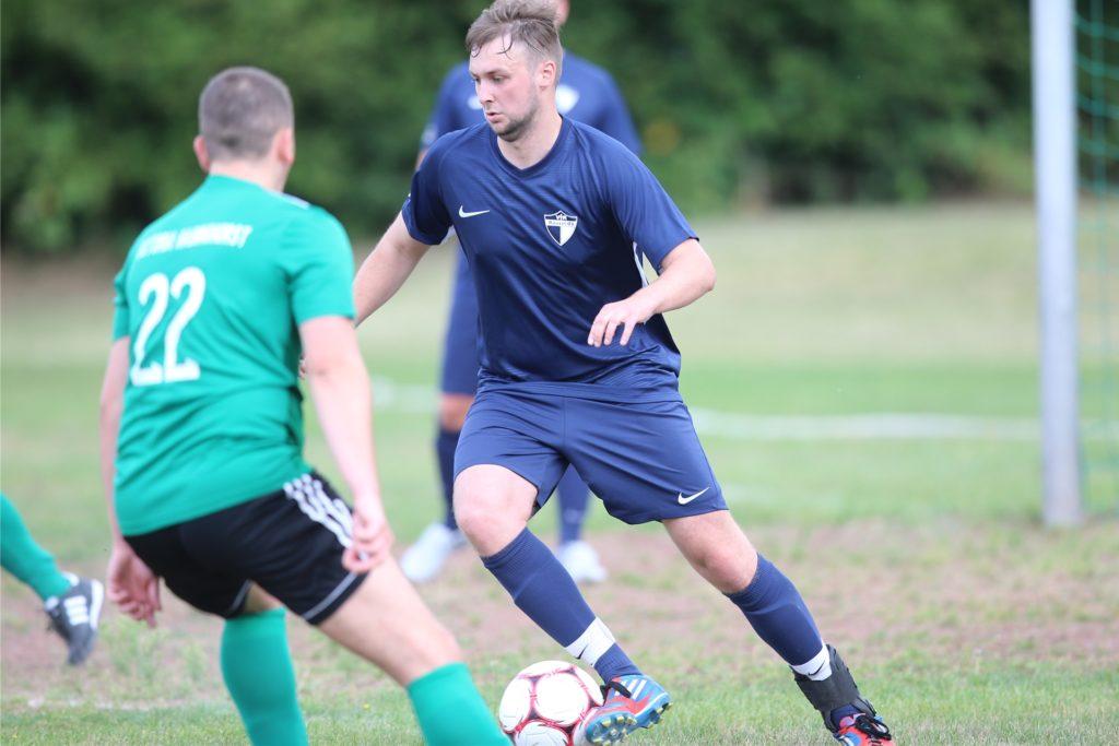 Tim Borkenhagen (am Ball), der seit 2015 eine Fußballpause eingelegt hat, läuft wieder für seinen Stammverein VfR Rauxel auf.