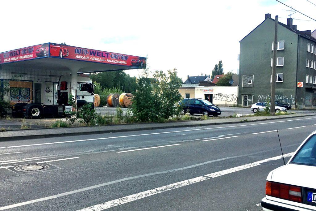 Seit Jahren ein Dauer-Ärgernis sind das Tankstellengelände und die daneben leer stehenden Häuser an der Bahnhofstraße in Rauxel.