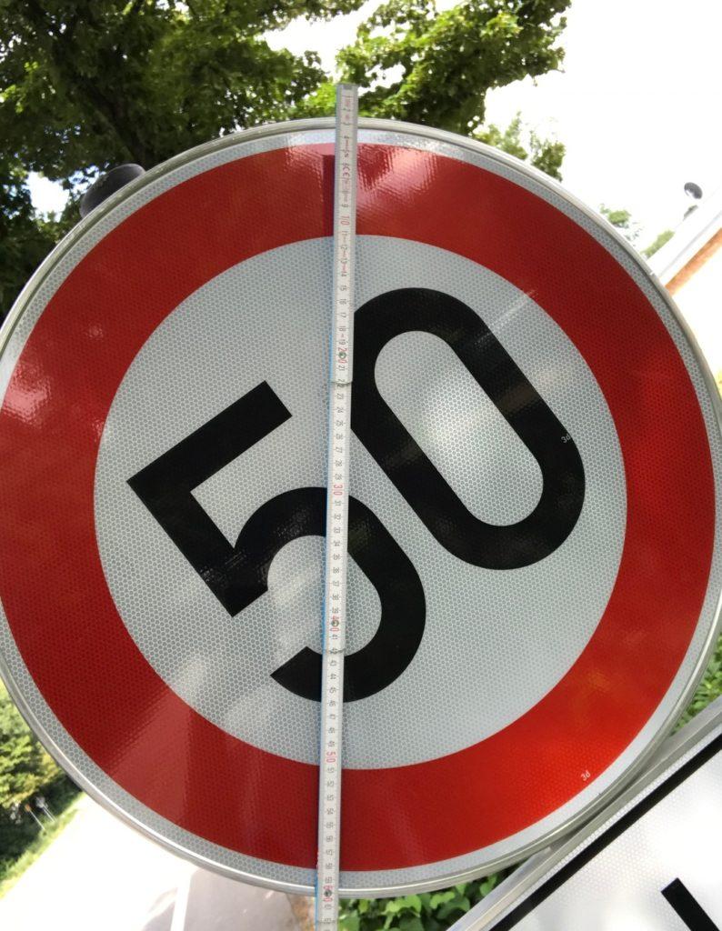 Das Schild vor dem Blitzer an der B58 ist nicht regelgerecht vom Durchmesser.