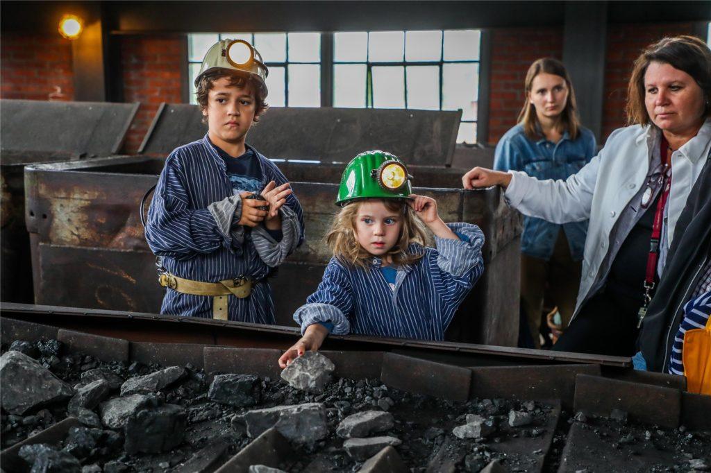Echte Kohle gibt es auf der Zeche Zollern natürlich auch zu sehen und zu spüren - sehr zur Freude etwa der Kinder, die sich bei Führungen in kleine Bergleute verwandeln können.