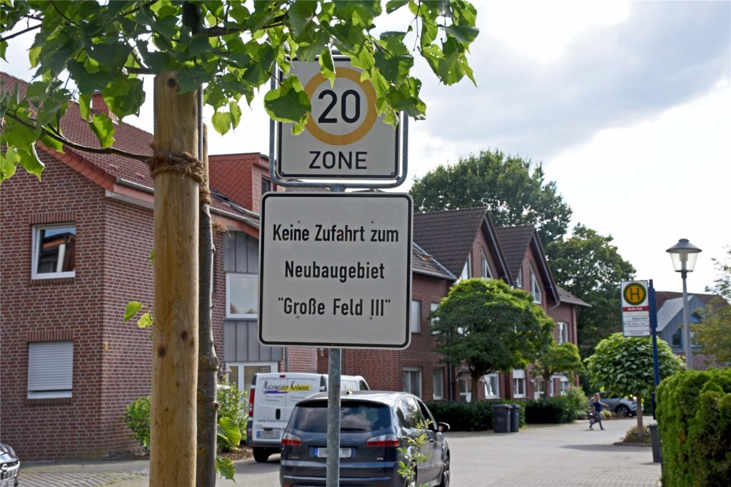 Am Eingang zur Straße Große Feld steht das Schild, das auf das geltende Tempolimit von 20km/h aufmerksam macht. Wenige Autofahrer scheinen allerdings darauf zu achten.