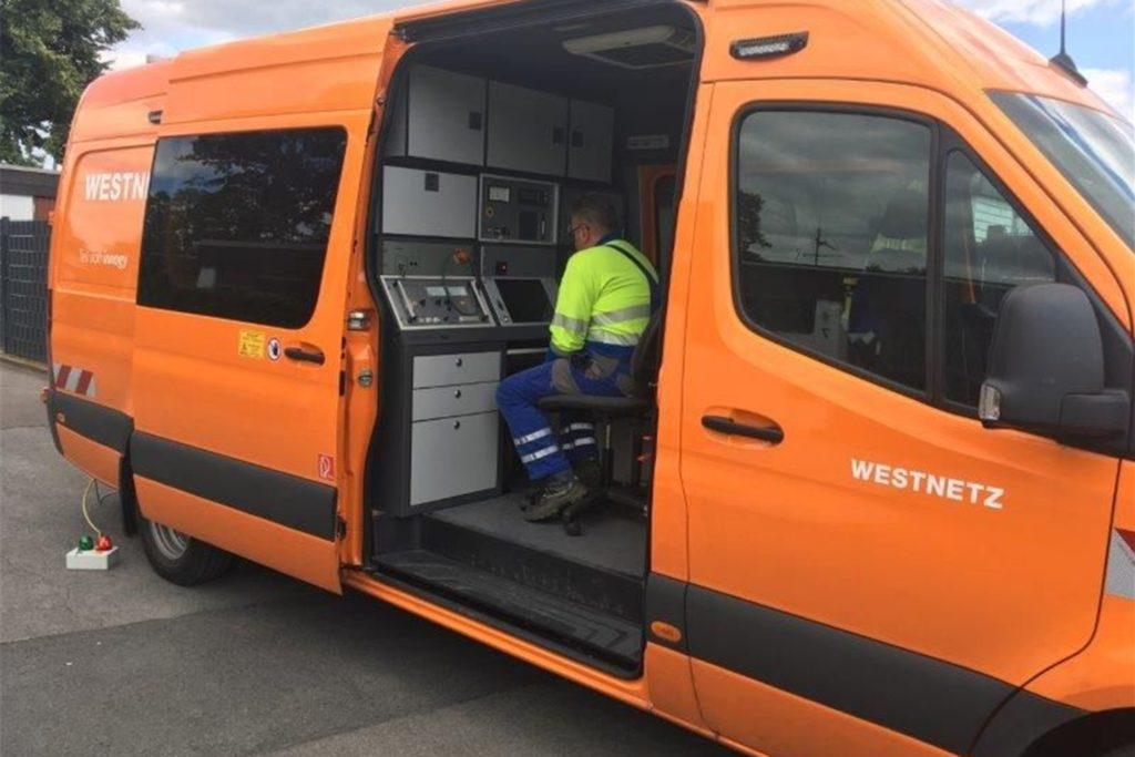 Im Fahrzeug sitzt Westnetz-Techniker Dirk Kränkel, der mit Hilfe der im Fahrzeug verbauten Technik Beschädigungen an Stromleitungen genau lokalisieren kann.