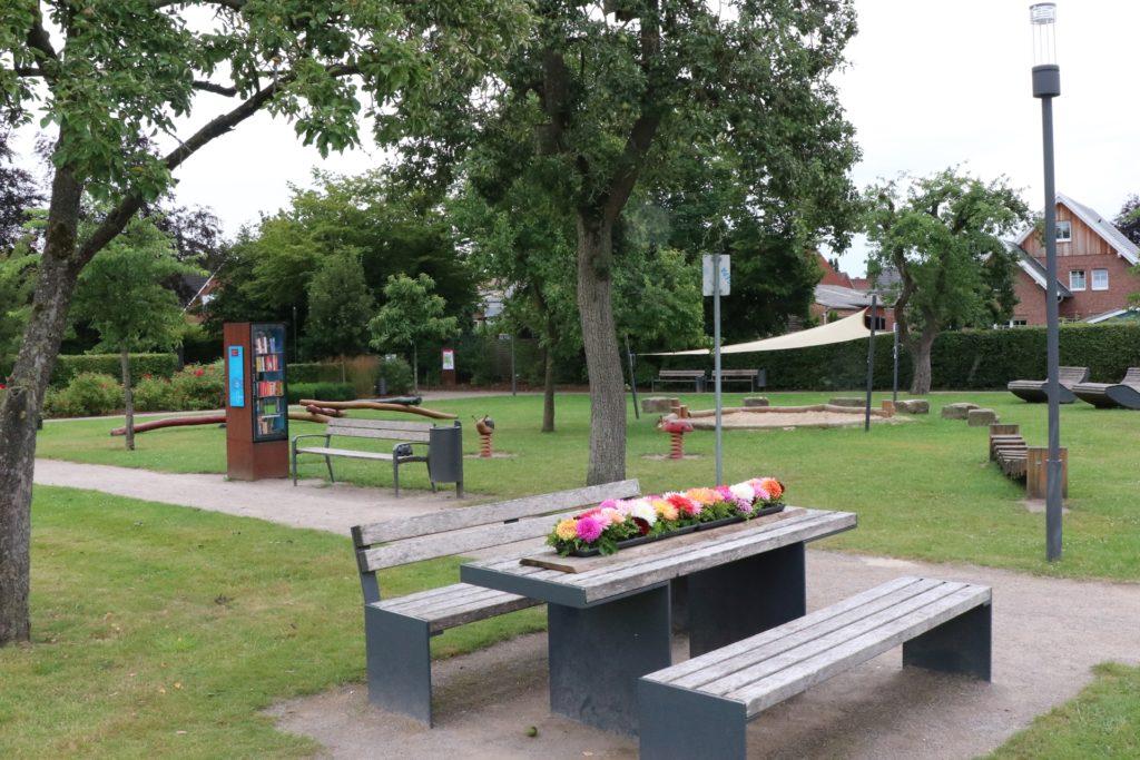 Neben den Dahlienbeeten bietet der Garten Orte zum Verweilen für Jung und Alt.